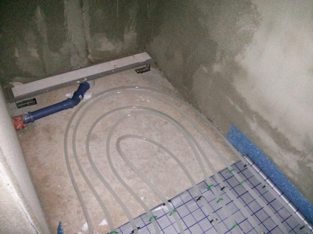 Begehbare Dusche Fußbodenheizung : Leitungen Fußbodenheizung in der bodengleichen Dusche